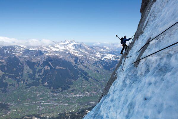 30 agosto 2014: l'alpinista svizzero Stephan Siegrist, scala la parete nord dell'Eiger. Fotografia scattata da una delle telecamere amatoriali montate dagli alpinisti sui loro zaini - Sputnik Italia