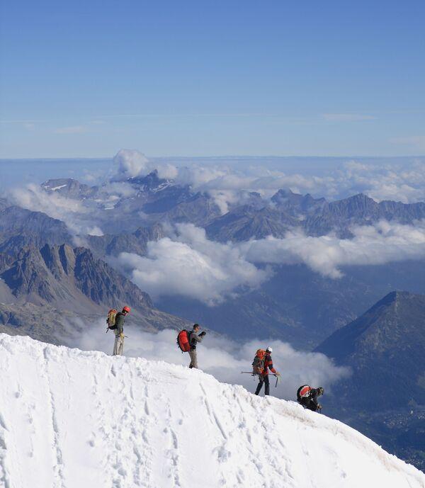 Alpinisti in discesa dalla vetta dell'Aiguille du Midi, nel massiccio del Monte Bianco - Sputnik Italia