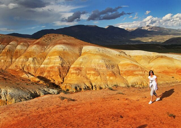 Una ragazza osserva dall'alto la valle di Kyzyl-Chin, nella Repubblica dell'Altay.