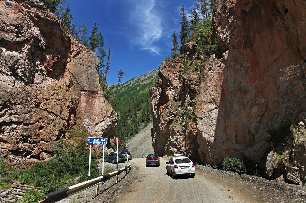 La strada che conduce alla valle di Kyzyl-Chin