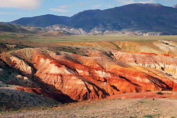 La valle di Kyzyl-Chin: il colore rossastro è dato dall'alta concentrazione di mercurio nel suolo - Sputnik Italia