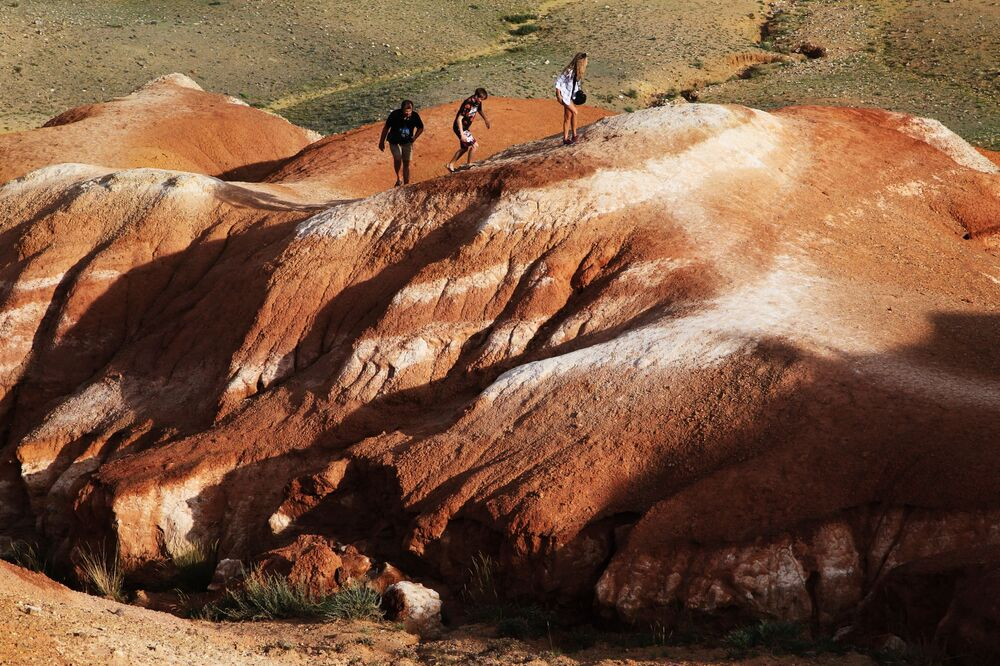 Una passeggiata spaziale sulle dune rosse della gola di Kyzyl-Chin