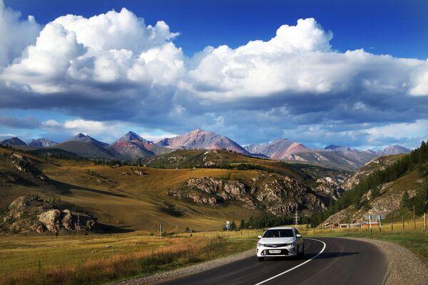 La strada federale che scorre nella Repubblica dell'Altay: secondo la rivista National Geographic è una delle 10 strade più belle del mondo. - Sputnik Italia