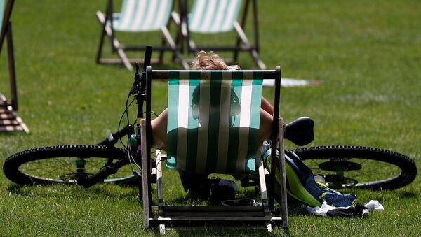 Un ciclista si gode il sole a Londra - Sputnik Italia