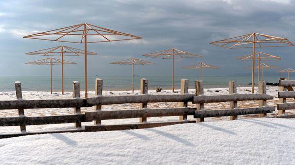 Una spiaggia coperta dalla neve - Sputnik Italia