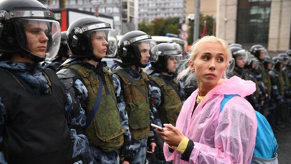 Polizia e manifestanti nel centro di Mosca sabato 10 agosto 2018 - Sputnik Italia