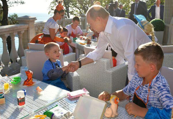 Il presidente russo Vladimir Putin incontra a Sochi i bambini delle famiglie sfollate per l'alluvione nella città di Irkutsk  - Sputnik Italia