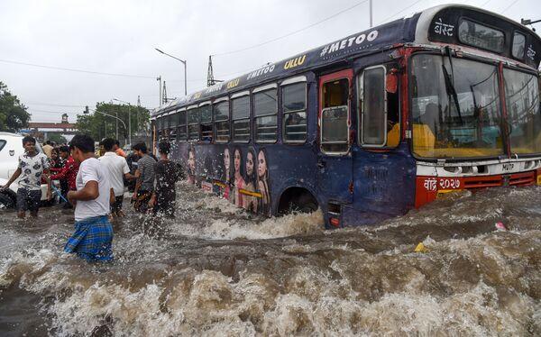 Un autobus tra le strade allegate di Mumbai, in India, colpita dai monsoni - Sputnik Italia