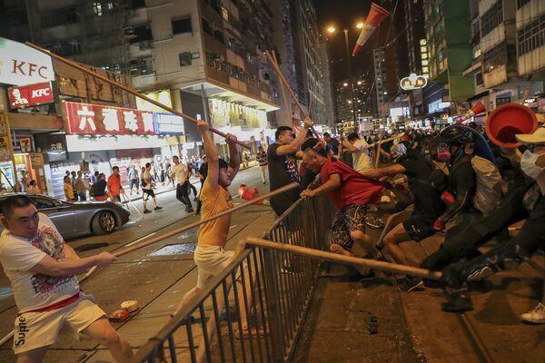 Scontri in piazza tra manifestanti e polizia ad Hong Kong - Sputnik Italia