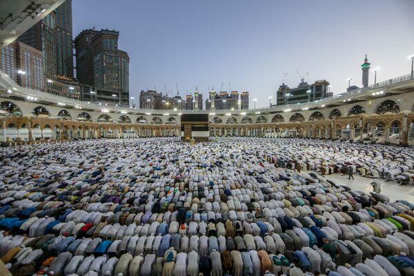 Fedeli musulmani in preghiera introno alla Kaaba, della Mecca per il tradizionale pellegrinaggio annuale  - Sputnik Italia