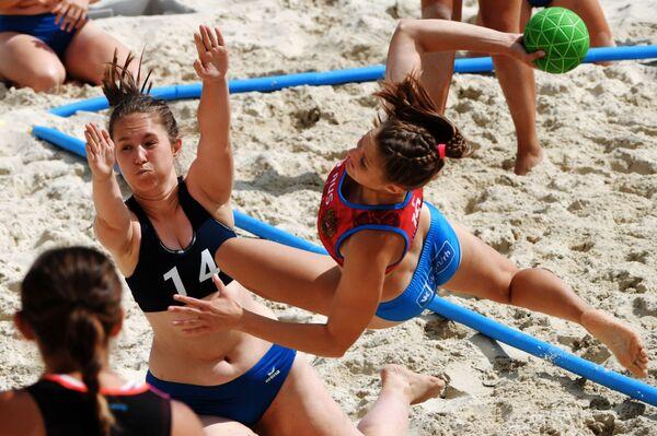 Sfide infuocate sotto al sole nel corso del torneo Eurotur di pallamano sulla sabbia - Sputnik Italia