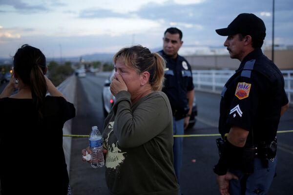 Una donna in lacrime fuori dal centro commerciale Walmart di El Paso, in Texas, teatro di una sparatoria - Sputnik Italia