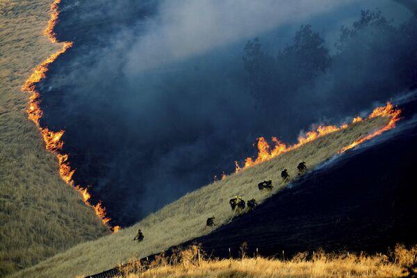 Pompieri al lavoro per spegnere le fiamme vicino alla città di Brentwood in California - Sputnik Italia