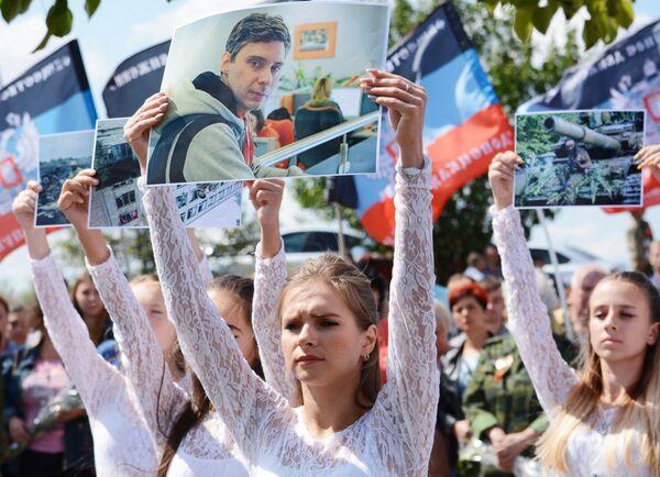 Flashmob in memoria del fotografo Andrey Stenin ucciso il 6 agosto 2014 in Donbass - Sputnik Italia