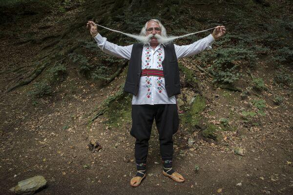 Zoran Lazarevic, il vincitore del concorso mondiale di baffi organizzato a Rekovac, in Serbia: i suoi baffi sono lunghi 140 centimetri - Sputnik Italia