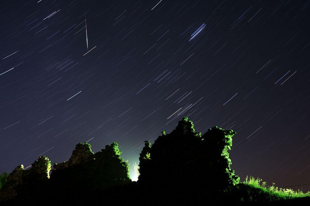 Lo sciame meteorico delle Perseidi visto dal villaggio bielorusso Kreva.