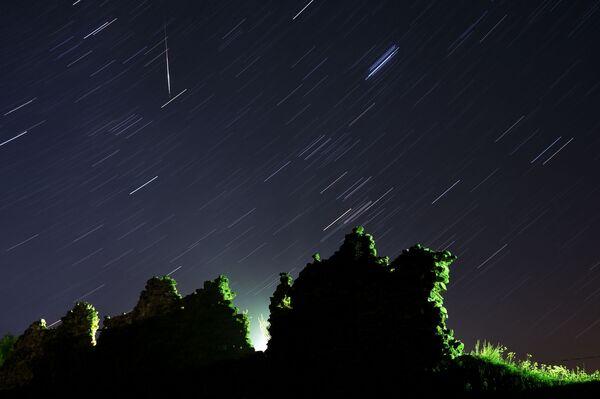 Lo sciame meteorico delle Perseidi visto dal villaggio bielorusso Kreva.  - Sputnik Italia