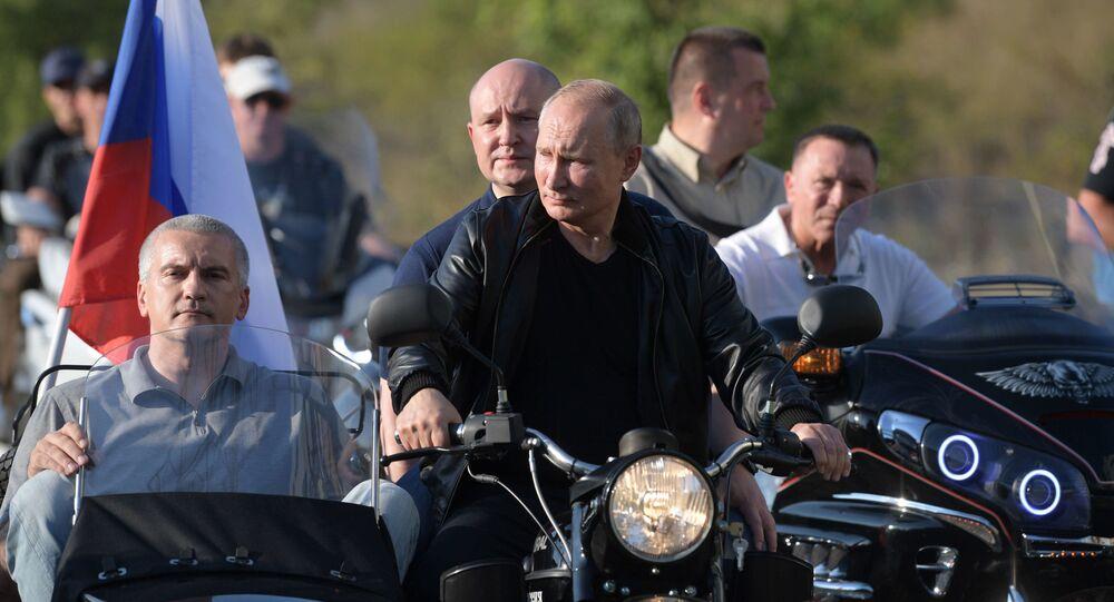 Putin insieme ai biker di Lupi Notturni