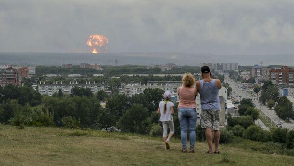 Agosto 5, 2019, una famiglia guarda l'esplosione in un deposito di munizioni vicino alla città russa di Achinsk - Sputnik Italia