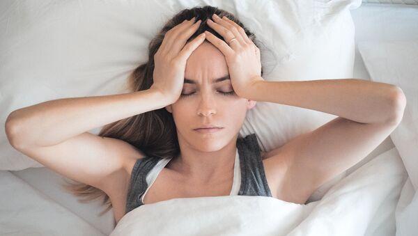 Ragazza con mal di testa a letto - Sputnik Italia