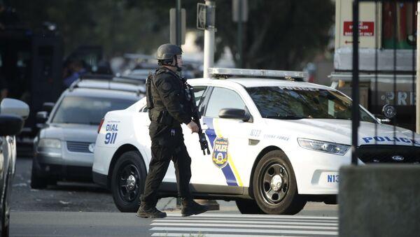 Un agente di polizia pattuglia la zona della sparatoria, mercoledì 14 agosto 2019, nel quartiere Nicetown di Filadelfia. - Sputnik Italia