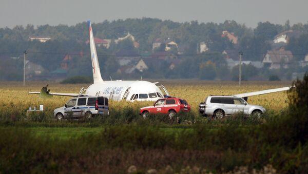 Самолет А-321 с пассажирами на борту совершил жесткую посадку в Подмосковье - Sputnik Italia