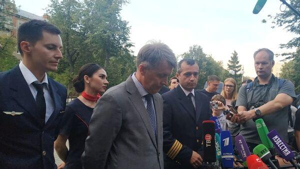 La conferenza stampa dopo l'atterraggio dell'aereo russo: il comandante dell'aereo Damir Yusupov, il direttore operativo della Ural Airlines Aleksandr Zinovyev e il secondo pilota Georgy Murzin (da destra a sinistra) - Sputnik Italia