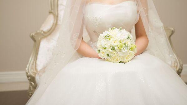 Sposa in bianco con bouquet - Sputnik Italia