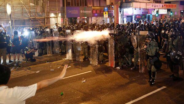 Polizia e manifestanti ad Hong Kong - Sputnik Italia