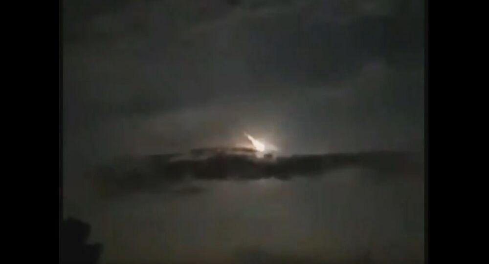 Un meteorite nel cielo notturno