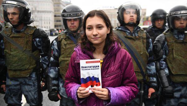 Una partecipante alla manifestazione del 10 agosto - Sputnik Italia