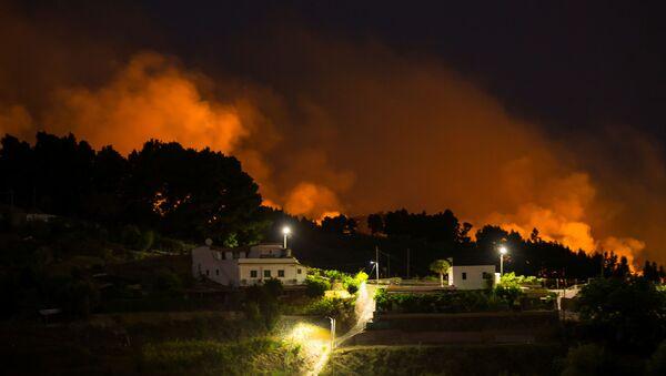 Le fiamme vicino all'abitato di Valleseco nell'isola di Gran Canaria - Sputnik Italia