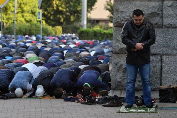 Fedeli musulmani in preghiera a San Pietroburgo, nel giorno della festa del Sacrificio - Sputnik Italia