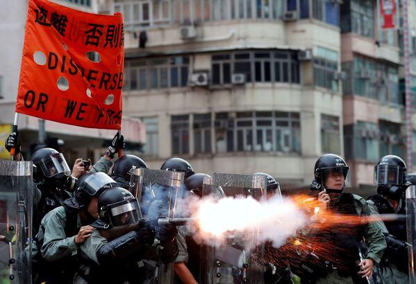 La polizia disperde i manifestanti nel quartiere di Sham Shui Po ad Hong Kong - Sputnik Italia