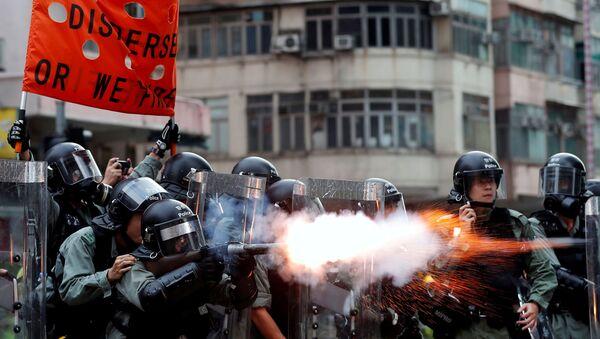 Полиция Гонконга применяет слезоточивый газ для разгона протестующих - Sputnik Italia