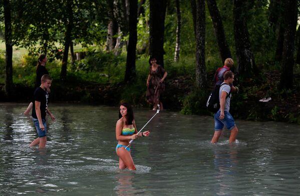 Fedeli ortodossi camminano nell'acqua per la festa del Salvatore sull'acqua a Slavgorod, in Bielorussia - Sputnik Italia