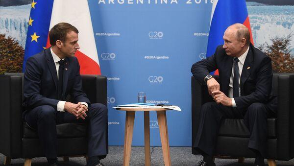 Il presidente francese Emmanuel Macron e il presidente russo Vladimir Putin al G20 di Buenos Aires - Sputnik Italia