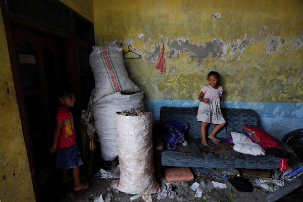 I rifiuti sono presenti in tutti gli spazi della vita dei bambini del villaggio di Bangun nella provincia di Mojokerto in Indonesia - Sputnik Italia