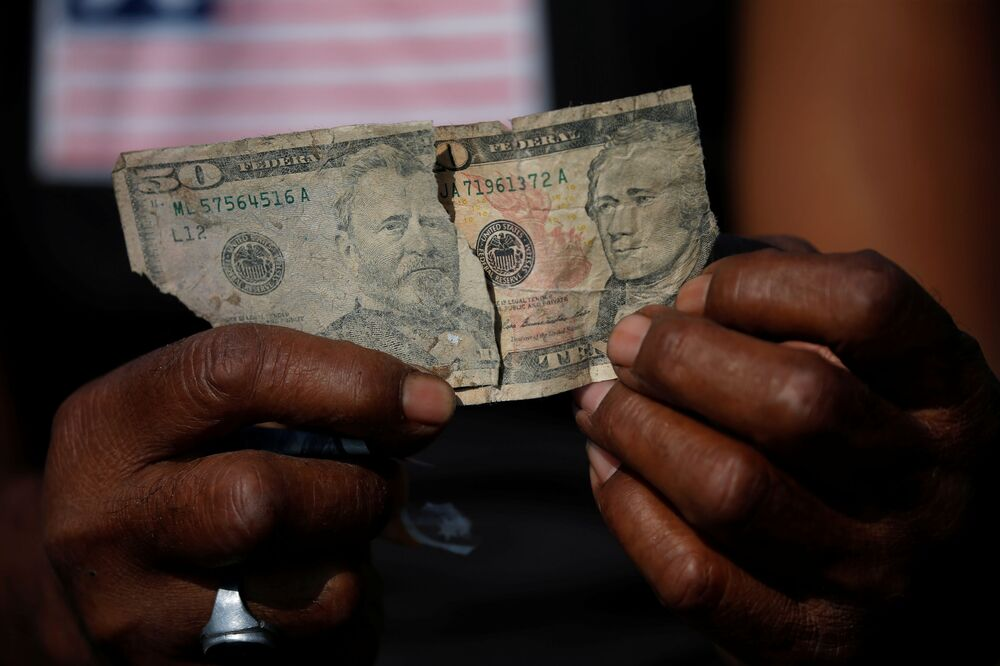 Tra i rifiuti si trova di tutto: a quest'uomo è andata particolarmente bene, ha recuperato una banconota da 50 dollari