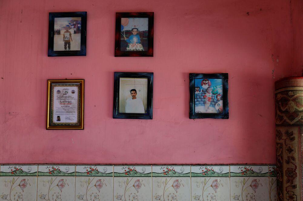Ritratti di famiglia nella casa di Salam, uno dei protagonisti del reportage