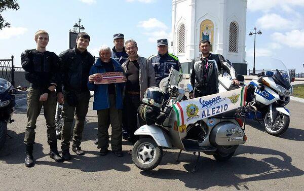 Foto di gruppo a Krasnoyarsk con i motociclisti e la polizia stradale del loco - Sputnik Italia