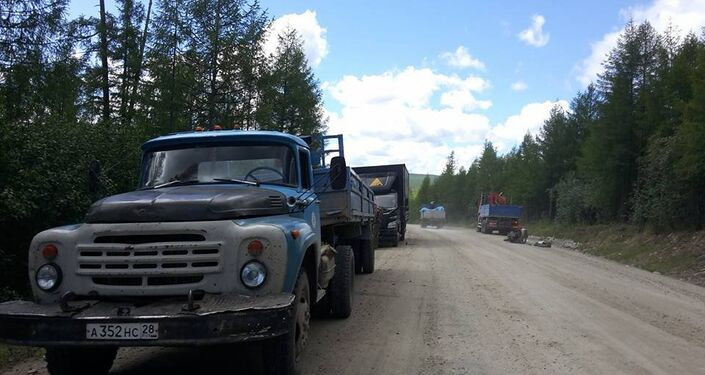 Quattro camionisti russi si fermano per aiutare Stefano, a bordo strada con la sua Vespa