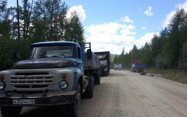 Quattro camionisti russi si fermano per aiutare Stefano, a bordo strada con la sua Vespa - Sputnik Italia