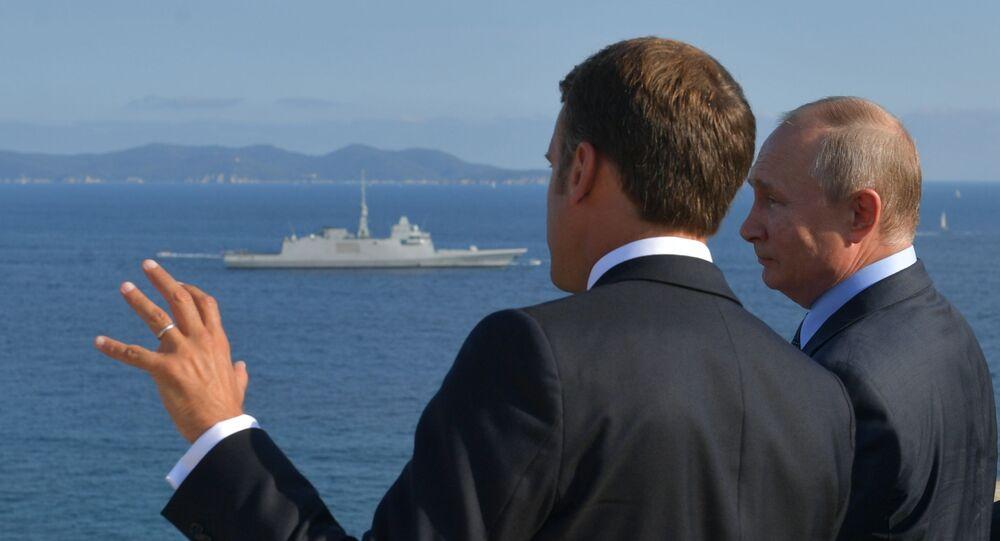 Putin e Macron (foto d'archivio)