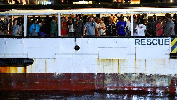 La nave Open Arms sta arrivando nel porto di Lampedusa, 20 agosto 2019 - Sputnik Italia