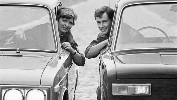 Un uomo e una donna a bordo di due Zhiguli, le famose auto russe dell'epoca. 1971. - Sputnik Italia