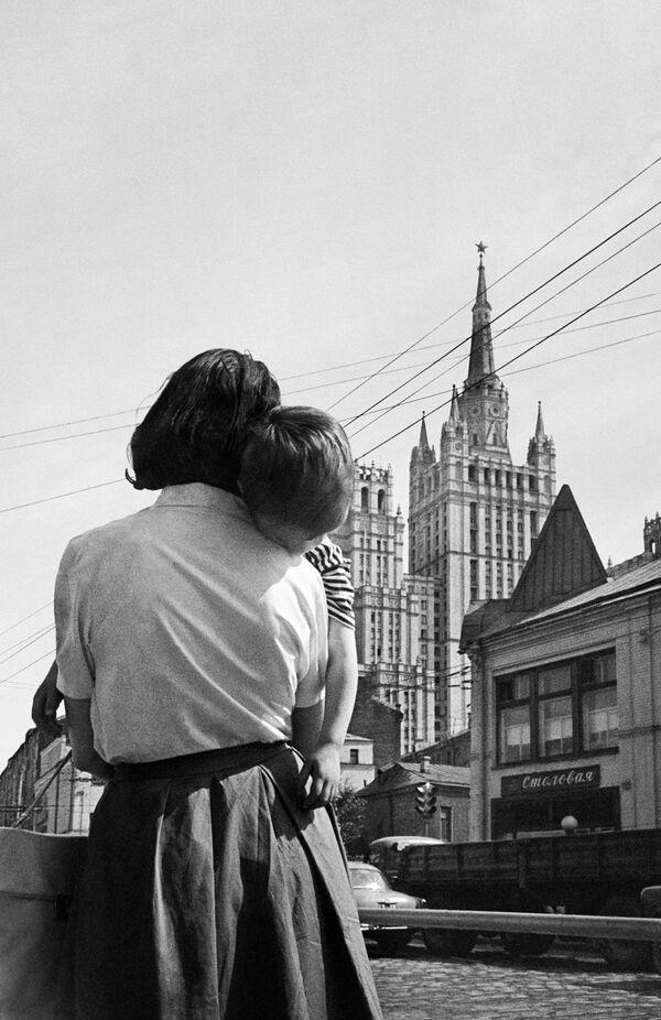 Una madre tiene il figlio stanco in braccio su una delle strade di Mosca. 1963. - Sputnik Italia