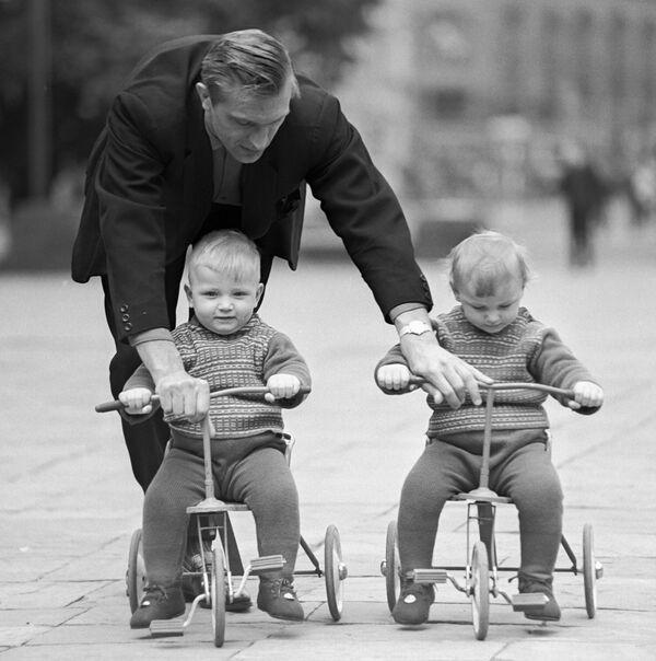 Padre insegna a due gemelli come andare in bicicletta. 1968. - Sputnik Italia