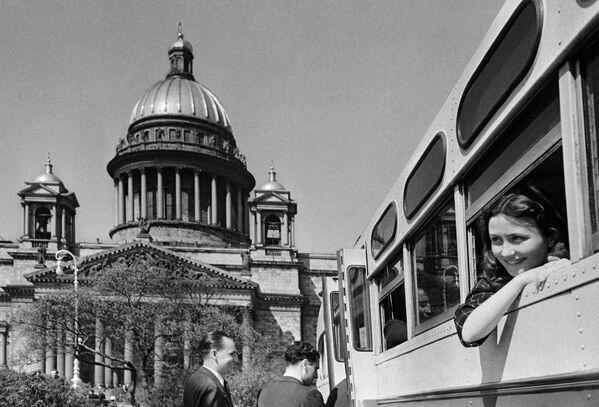 Turisti durante una gita guidata a Leningrado (oggi San Pietroburgo). 1952. - Sputnik Italia