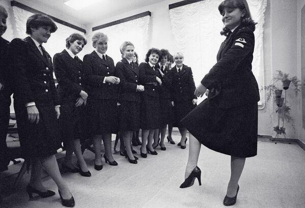 Assistenti di volo durante lezioni di danza all'academia dell'aviazione civile di Leningrado. 1984. - Sputnik Italia